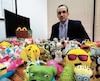 Joey Zukran, avocat de l'action collective, avec des dizaines de jouets de McDonald's.