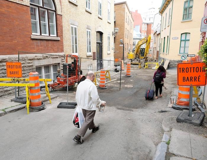 En cours depuis le 1er mai, les travaux de réfection qui devaient se terminer en juillet s'étirent maintenant jusqu'à la fin du mois d'octobre. Une situation qui exaspère les commerçants et les résidents de la rue Couillard.