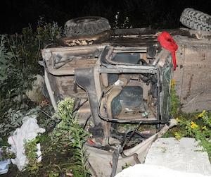 Un policier a pris de nombreuses photographies du véhicule démoli duquel les secouristes ont dégagé le corps de la victime.
