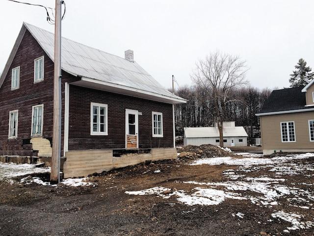 La municipalité pense avoir trouvé un acquéreur pour cette maison  qui sera éventuellement déménagée ailleurs sur son territoire  et transformée en kiosque de vente.