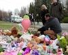 Des gens ont déposé fleurs et toutous, touchés par la mort de la fillette martyre de 7 ans à Granby en avril. Selon un jugement, son frère de 5 ans a aussi subi des sévices par son père et sa belle-mère, accusés respectivement de négligence criminelle causant la mort et de meurtre non prémidité.