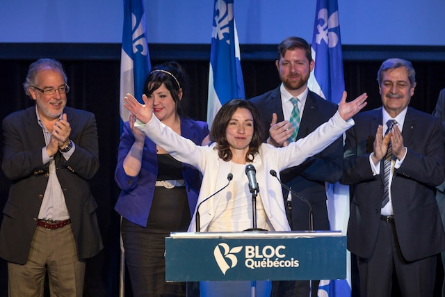La nouvelle chef du Bloc Québécois, Martine Ouellet, et l'équipe de députés saluent les militants du Bloc pour la première fois depuis son élection lors un rassemblement du Bloc Québécois au Théâtre Plaza à Montréal, samedi le 18 mars, 2017. DARIO AYALA/AGENCE QMI