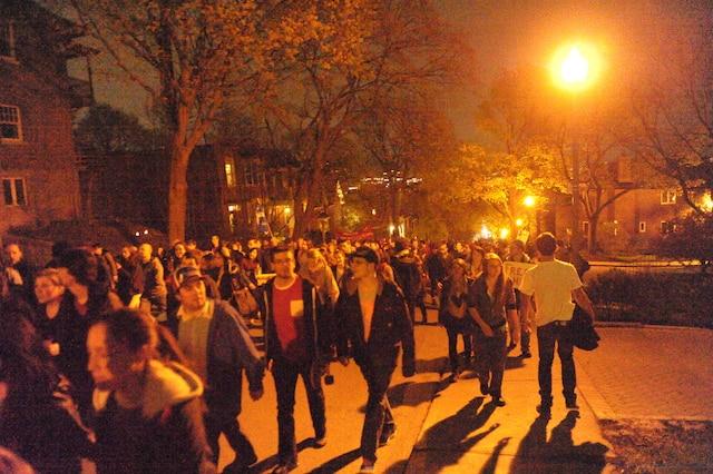 Quelque 2000 manifestants se sont donné rendez-vous à la place Émilie-Gamelin pour prendre part à la neuvième manifestation consécutive contre la hausse des droits de scolarité imposée par le gouvernement libéral, le mercredi soir 2 mai 2012, au centre-ville de Montréal. Ils ont ensuite pris la direction de Westmount dans le but d'aller protester devant la maison de Jean Charest.