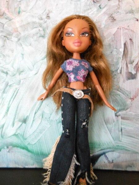 Une Beloeilloise, Lizette Flores, modifie des vieilles poupées pour les rendre moins sexy. Une poupée Bratz avant d'être modifiée par Lizette Flores.