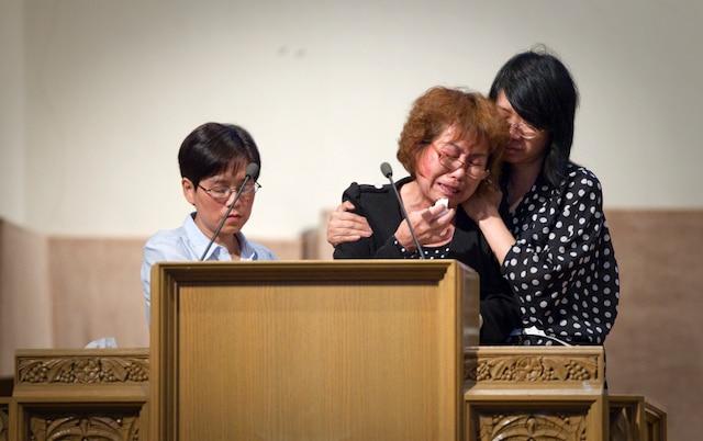 Zhi Gui Du, la mère de Jun Lin, lors d'un service religieux à la mémoire de Jun Lin, présumée victime de Luka Rocco Magnotta, à l'église de l'Alliance chinoise de Montréal à Hampstead,  Montréal en ce samedi 21 juillet 2012.