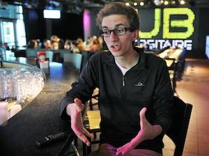 Rencontré au pub de l'Université Laval, l'étudiant en médecine Guillaume Plourde, 20 ans, croit que la mesure gouvernementale « ne s'attaque pas au problème ».