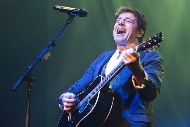 Le chanteur Patrick Bruel en prestation au Centre Bell de Montréal, en ce samedi 2 novembre 2013.