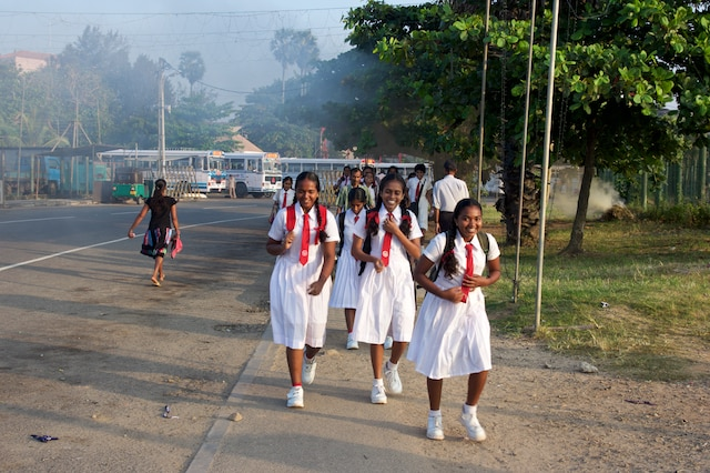 Écolières avant le début des cours, à Galle.