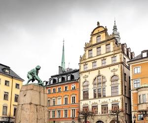 À l'extrémité ouest de l'île, on peut admirer les façades typiques du Gamla Stan dans le parc Kornhamnstorg.