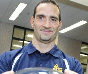 Francesco Pepe Esposito, responsable du programme de football à l'Académie Saint-Louis et ancien entraîneur et ailier défensif étoile avec le Rouge et Or de l'Université Laval