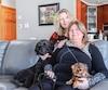 Nathaly Pothier entourée de sa conjointe Annie Rodrigue et de leurs chiennes Alice et Toulouse.