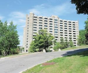 Les résidences pour étudiants de l'Université de Montréal sont situées en hauteur, loin du boulevard Édouard-Montpetit.