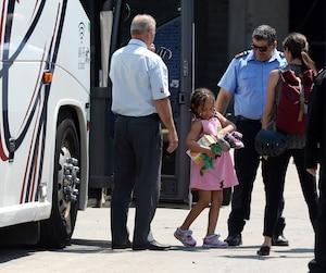 De nombreuses familles de migrants sont arrivées, hier, en autobus au Stade olympique, qui s'est transformé en centre d'accueil.