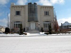 La résidence, évaluée à 1,7 million $ par la Ville de Montréal a été construite dans l'arrondissement Saint-Laurent au moment où Yanai Elbaz était l'un des directeurs du CUSM.