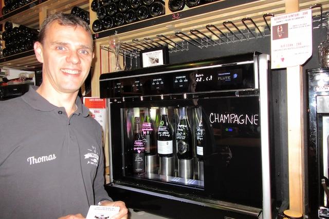 Le sommelier Thomas Cabrol et son appareil  innovateur au champagne dans son bistro  de Toulouse, le No5 Wine Bar.
