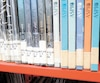 À la bibliothèque Père-Ambroise, non loin du centre-ville, plusieurs nouvelles étiquettes de bandes dessinées étaient détériorées jusqu'à en être presque illisibles (les livres à droite sur la photo). Il s'agit d'une des 45bibliothèques du réseau montréalais.