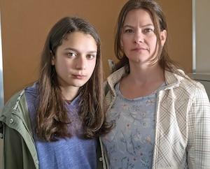 Anaïs (Cassandra Latreille) doit à tout prix obtenir l'appui de sa mère (Fanny Mallette).