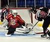 Le gardien du Drakkar Xavier Bolduc repousse un lancer de Liam Leonard, des Remparts de Québec, jeudi, lors du premier match du Challenge des recrues au Centre Georges-Vézina de Saguenay.