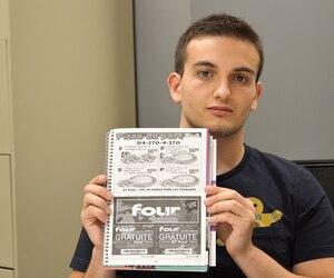 Le président de l'Association étudiante de l'École des sciences de la gestion, Guillaume Valladon, montre la publicité de Four Loko dans l'agenda remis aux étudiants de l'UQAM.