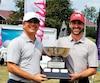 Les capitaines des équipes de l'Ontario et du Québec, David MorlandIV et Sonny Michaud, tenant la coupe que se disputeront les golfeurs.
