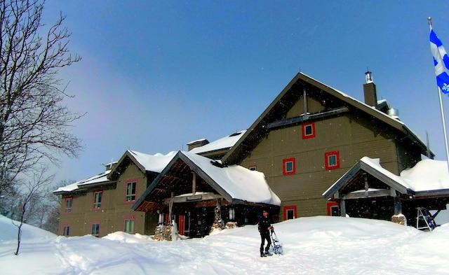 Perchée à 615 mètres d'altitude, l'auberge des Chic-Chocs est située dans un décor enchanteur.