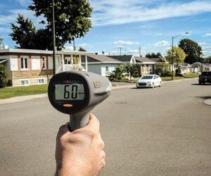 <i>Le Journal</i> a pu constater que les automobilistes ne respectent pas les limites dans les quartiers résidentiels de Québec. Sur la rue Labelle à Beauport, une zone de 30km/h, un véhicule dépassait du double la limite de vitesse.