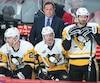 Dans sa mission d'entraîneur adjoint, Jacques Martin veille à la bonne utilisation des défenseurs chez les Penguins.