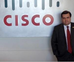 Le maire de Montréal Denis Coderre a posé devant le logo de l'entreprise d'informatique Cisco lors d'une visite en octobre 2014.