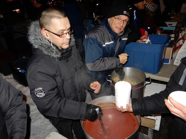 La distribution de denrées a lieu tous les mercredis sur la rue Berri, près du métro, dès 19h. Un bol de pâtes avec une sauce maison est servi à tous les itinérants, ainsi qu'une boisson chaude.