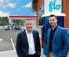 Le PDG de Harnois Groupe pétrolier, Serge Harnois, et le président et chef de la direction d'AddÉnergie, Louis Tremblay, devant la borne de recharge rapide installée au Esso de Saint-Adèle.