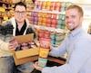 De gauche à droite, Sébastien Fiset et Charles Simard ont visité mardi les points de vente où l'on peut acheter la pâte à biscuits crue Cookie Bluff, comme le IGA des Sources, sur la1re Avenue, à Québec.