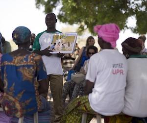 Un membre de la Croix-Rouge faisant de la prévention dans un village du Burkina Faso. Malgré les risques, le travail de coopérant demeure essentiel, estime Roselyne Leclerc, une formatrice.