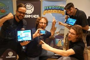 De gauche à droite: Sylvain Savard, Guiz de Pessemier, Nicolas Brunet Messier (en haut à droite) et Alexandre Caron (en bas à droite) du studio indépendant Outerminds montrent fièrement leur dernière réalisation, le jeu «PewDiePie: Legend of the Brofist».