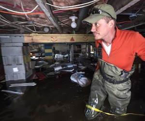 Le Montréalais Patrick Lajoie constate les dégâts dans sa résidence de la rue Lauzon près du boulevard Gouin.