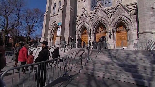 De nombreux amis et proches se sont rendus à l'église Saint-Viateur d'Outremont, à Montréal, le 16 avril 2016, pour rendre un vibrant hommage au chroniqueur politique Jean Lapierre et à son épouse Nicole Beaulieu qui sont décédés dans un écrasement d'avion le 29 mars. CAPTURE D'ÉCRAN/TVA NOUVELLES/AGENCE QMI