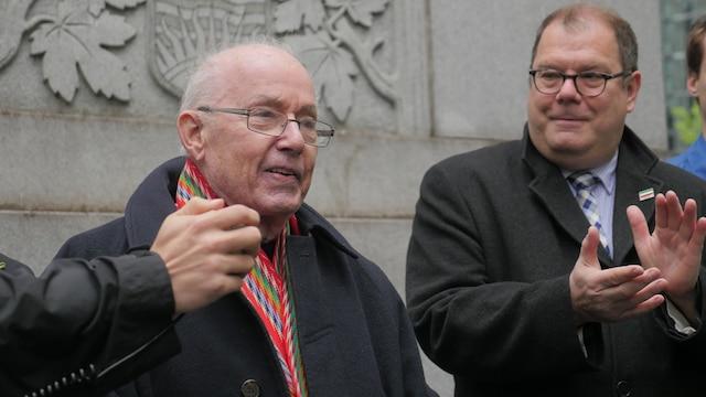 L'ex-premier ministre Bernard Landry et l'ex-chef bloquiste Mario Beaulieu se sont adressés à la foule amassée à la Place du Canada.