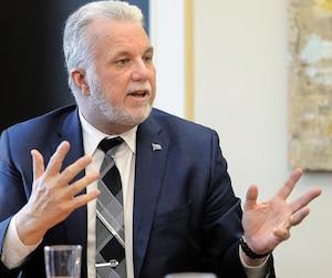 Le premier ministre Philippe Couillard promet qu'il lancera plusieurs grands projets de transport en commun s'il est réélu en octobre prochain. Sur la photo, M.Couillard en entrevue avec le Journal hier à l'hôtel de ville de Québec.