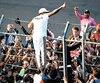 Lewis Hamilton célèbre son titre en compagnie de ses partisans.