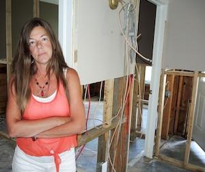 Stressée et incapable de dormir depuis deux mois, Sylvie Blackburn est en arrêt de travail et consulte un psychologue depuis que sa maison sur l'île Mercier, qui est même en vente, a été ravagée par les inondations du printemps dernier.