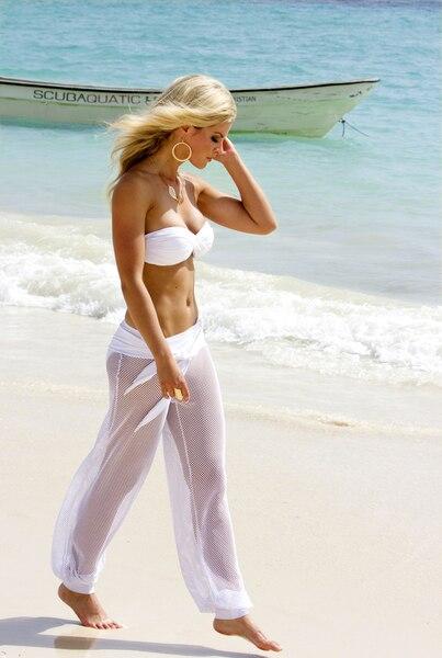 Bikini (Aloha, haut : 94,95$, bas : 69,95$) avec haut de style bandeau croisé à l'avant et bretelle licou amovible assorti d'une culotte à ceinture. Il est porté avec un superbe pantalon de plage ( Alie, 169,95$) en crochet de style bohémien.