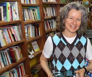 Isabelle Aubin a ouvert sa propre librairie de livres usagés, ce qui l'épanouit beaucoup plus que son ancien poste de cadre dans une entreprise de transport, même si son revenu a été divisé par trois.
