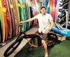 Éric Marchand, propriétaire d'Aerosport, dans sa boutique d'Oka avec un vélo à assistance électrique d'allure vintage et une planche à pédales