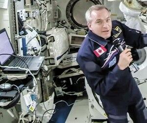 David Saint-Jacques a raconté lors d'une vidéoconférence qu'il avait sur la manche de son scaphandre des photos de sa famille pendant sa sortie spatiale.