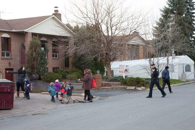 Une voiture a percuté une façade vitrée de la garderie Face à Face. Les enfants ont été escortés à l'extérieur de l'établissement.