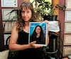 Evelyne Claessens tient dans ses mains la photo la plus récente de sa fille Angéline Thibodeau, noyée à 14ans. Le mur derrière elle est couvert de nombreuses mentions d'honneur que sa fille et son garçon ont obtenues au primaire et au secondaire.