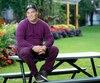 Keven Chouinard, âgé de 37 ans, est retourné sobre dans un parc du Village à Montréal où il avait l'habitude de traîner. Quand il revient dans la métropole, il ne garde pas d'argent comptant avec lui et il ne reste jamais longtemps pour ne pas succomber aux tentations d'acheter de la drogue à nouveau. Plus haut, Keven Chouinard à sa sortie de thérapie avec une guitare dans les mains.