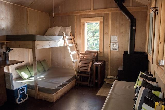 Les Refuges perchés propose un  hébergement alternatif de 10 cabanes rustiques dans les arbres.