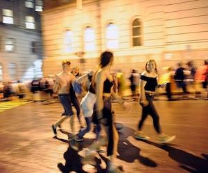 Des dizaines de milliers de festivaliers se sont retrouvés dans les rues du centre-ville après l'évacuation des Plaines samedi soir. Trempés, plusieurs ont dû patienter longtemps avant de pouvoir grimper dans un autobus.