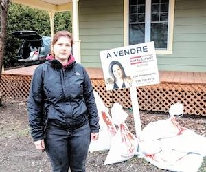 Pamela Dumas a été photographiée hier devant des poches de sable qu'elle est allée chercher pour protéger sa maisonà vendre, laquelle est située sur le bord de l'eauà Oka.