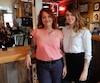 Pascale Quesnel (à gauche), propriétaire de MTL Tattoo, se réjouit de voir sa fille, Yannie (à droite), vouloir prendre la relève de l'entreprise familiale dans le futur.